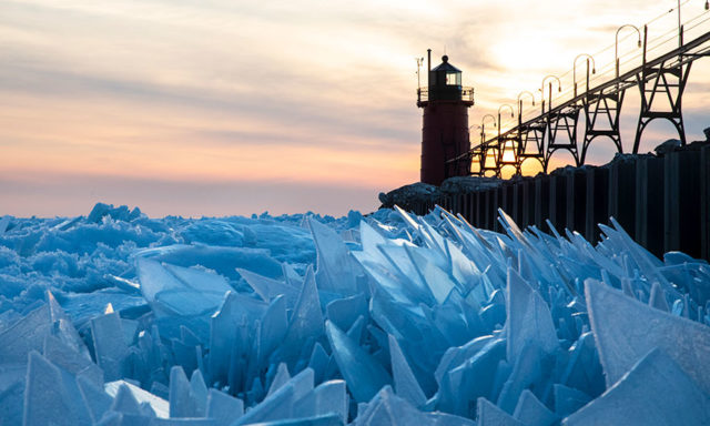 """الفن الأسود او السريالى: صور رائعة لحطام البحيرة الامريكية المجمدة """"ميشيغان""""!!"""