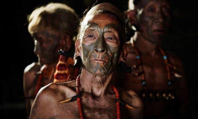 """آخر الباحثين عن العيش من ناجالاند في شمال شرق الهند .. قبيلة """"الكونياك"""" التي تقطع الرؤوس وتتركها كتذكار!"""