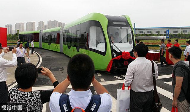 كشفت الصين عن قطار بدون سائق يستخدم خطوطًا مطلية باللون الأبيض بدلاً من القضبان على الطريق