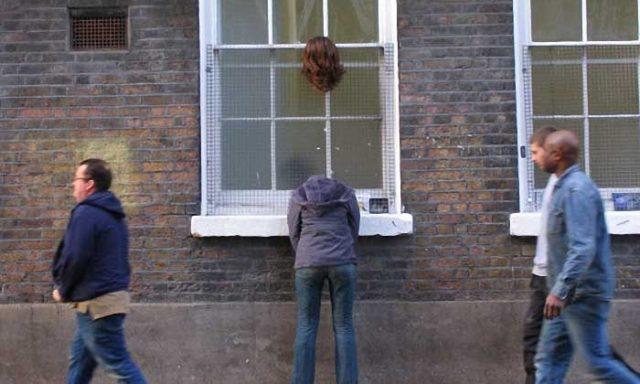شاهد..16صورة لمنحوتات وضعت في جميع أنحاء الشوارع بالعالم في مواقف مضحكة-بقلم مارك جنكينز