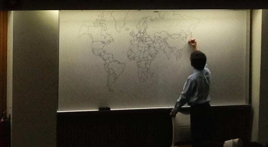 ذاكرة قوية لصبي يبلغ من العمر 11 عامًا مصاب بالتوحد، يرسم خريطة العالم بالتفصيل