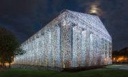 فنانة تستخدم 100000 من الكتب المحظورة لبناء البارثينون بالحجم الكامل