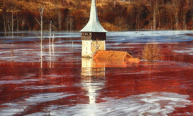 بحيرة جمانا: ملغم الألوان الحية المغمورة في الأرض الرومانية الميتة