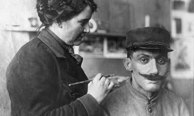"""14صور رائعة تظهر كيف غيرت هذه المرأة حياة محاربي الحرب العالمية الأولى من خلال """"استعادة"""" وجوههم المشوهة"""