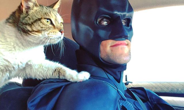 بالصور:رجل يرتدي زي باتمان لإنقاذ الحيوانات المحتاجة والعثور على أسر محبة لها(10 صور)