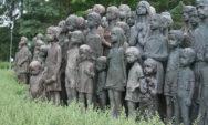 """تماثيل """"الأطفال الـ 82"""" المفجعة الذين تم تسليمهم إلى النازيين في مدينة ليديس في عام 1942"""