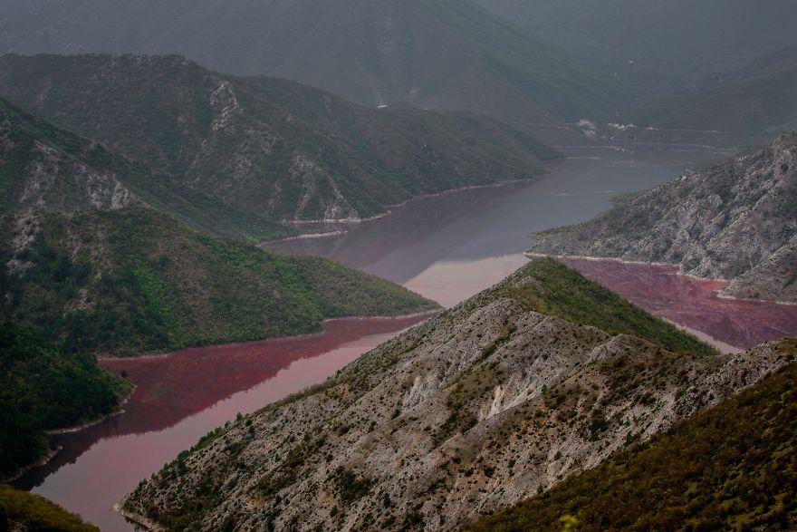 البحيرة الحمراء
