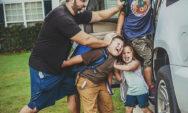 طرائف مضحكة: صور توثق فرحة الآباء بعودة أطفالهم إلى المدارس!