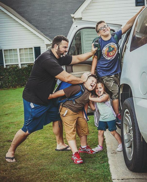 طرائف مضحكة: صور توثق فرحة الآباء بعودة أطفالهم إلى المدارس! 1