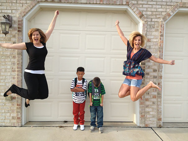 طرائف مضحكة: صور توثق فرحة الآباء بعودة أطفالهم إلى المدارس! 11