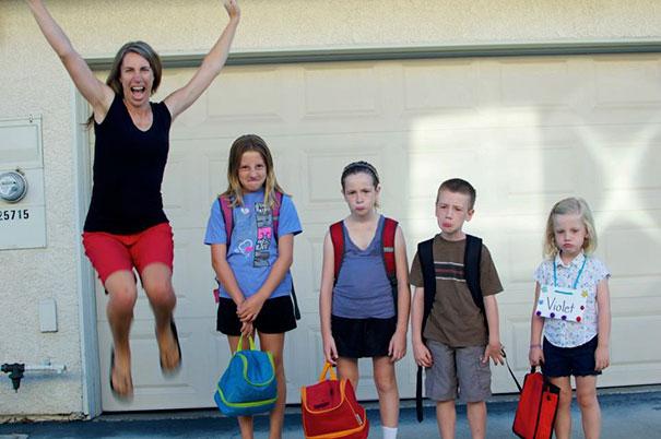 طرائف مضحكة: صور توثق فرحة الآباء بعودة أطفالهم إلى المدارس! 18