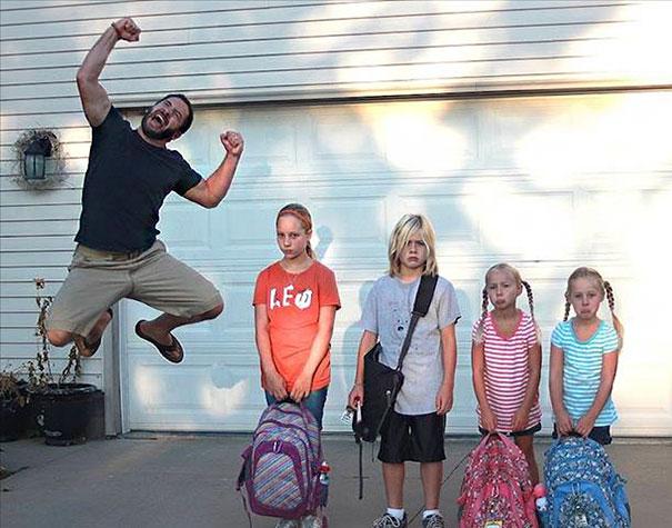 طرائف مضحكة: صور توثق فرحة الآباء بعودة أطفالهم إلى المدارس! 7