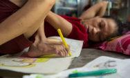 فتاة تبلغ من العمر 27 عامًا معاقة لكنها تستخدم قدميها لرسم صور متفائلة