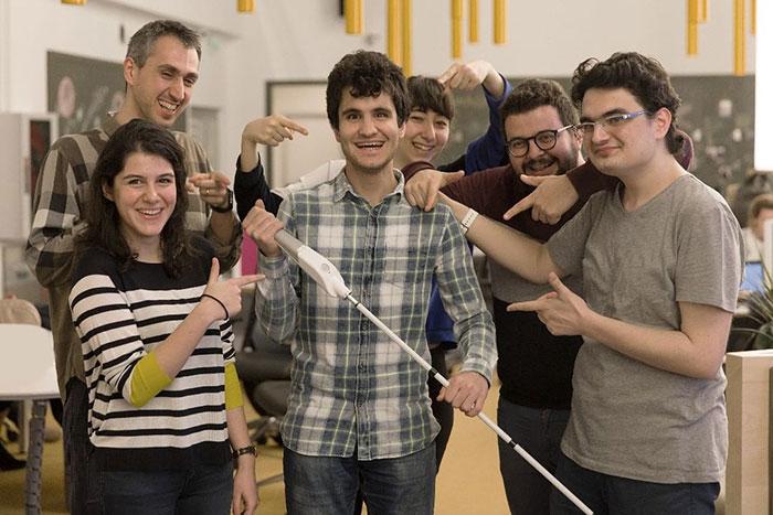 """مهندس أعمى اخترع """"عصا ذكية"""" تستخدم خرائط Google لمساعدة المكفوفين على التنقل 5"""