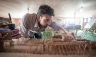لاجئون سوريون يعيدون بناء معالم بلدهم التاريخية المدمرة