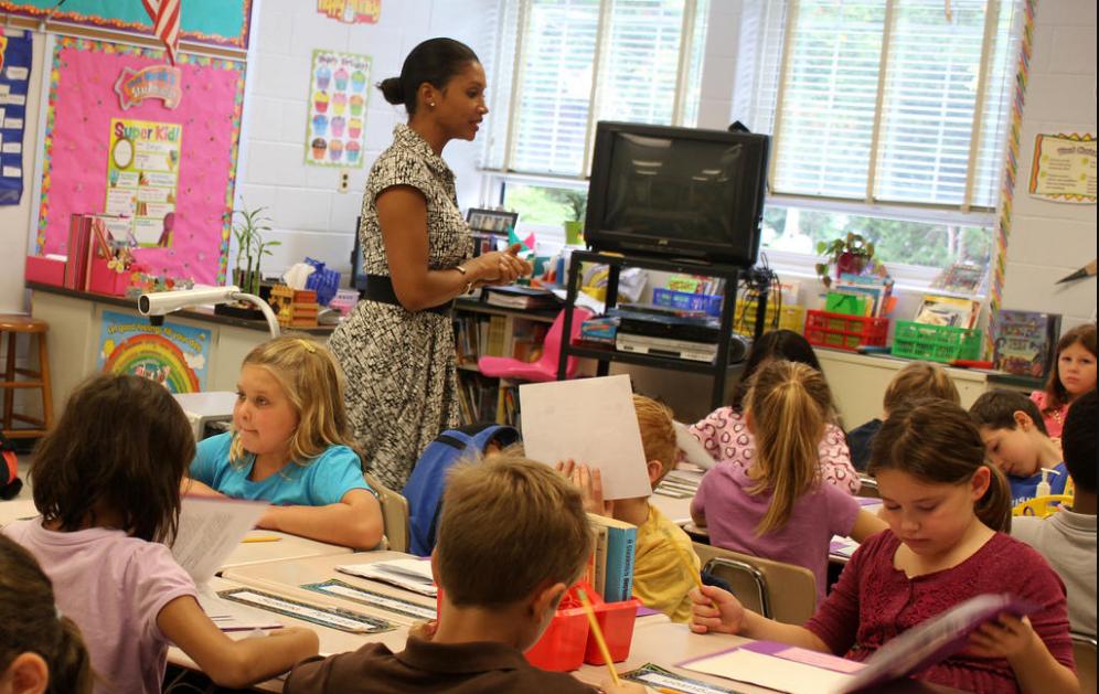 اذاعة مدرسية عن المعلم والمعلمة متميزة ومتكاملة الفقرات