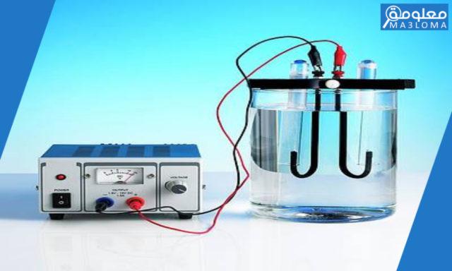 في عمليه التحليل الكهربائي للماء حيث يتفكك جزيء الماء الى هيدروجين واكسجين … ؟