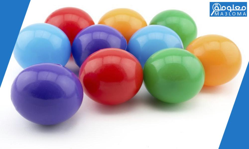 إذا سحب محمد كرة من الكيس في الشكل أدناه دون أن ينظر إليه فإن احتِمال ُ ظهور كرة ليست خضراءيساوي